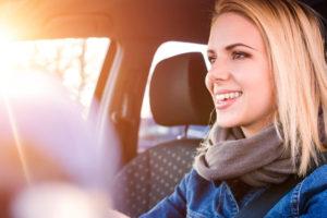 jóvenes al volante seguros rga istock